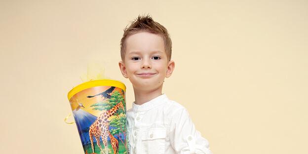 Junge feiert seine Einschulung