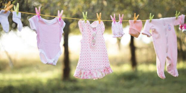 Babykleidung an Wäscheleine