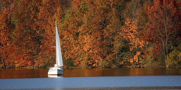 Segelboot im Herbst
