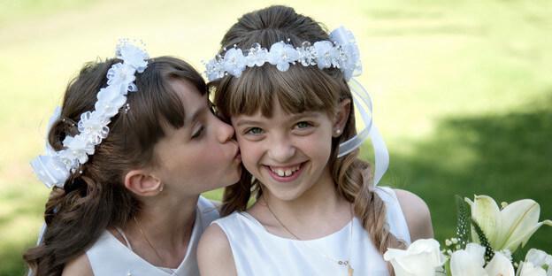 Mädchen am Tag ihrer Erstkommunion