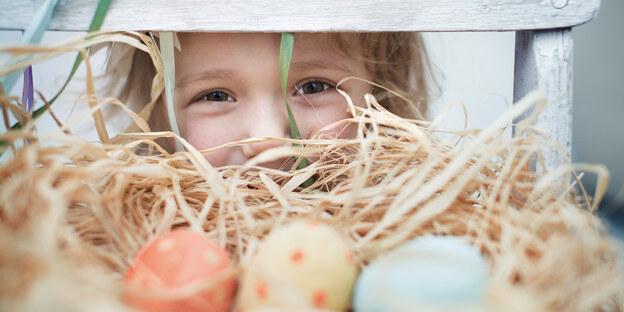 Mädchen mit bemalten Ostereiern