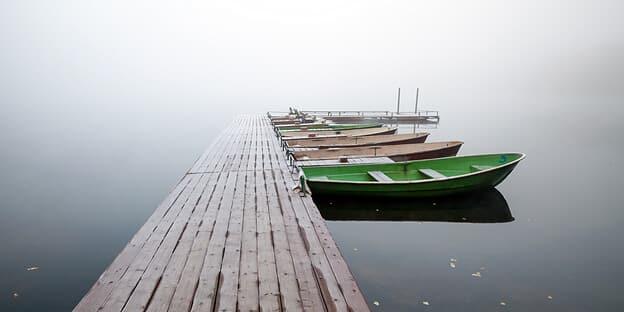 Ruderboote im Nebel