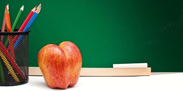 Schultafel, Apfel und Stifte